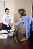 Dois homens de negócios no escritório que agita as mãos Imagens de Stock