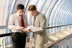 Dois homens de negócios novos na reunião Fotografia de Stock Royalty Free
