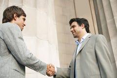 Homens de negócios que agitam as mãos. imagens de stock royalty free