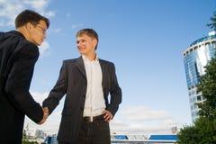 Dois homens de negócios que agitam as mãos Imagens de Stock Royalty Free