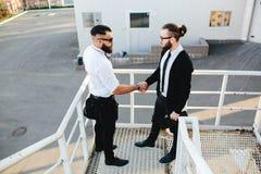 Dois homens de negócios que agitam as mãos fotografia de stock