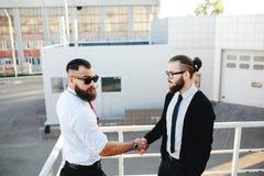 Dois homens de negócios que agitam as mãos fotografia de stock royalty free