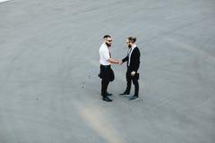 Dois homens de negócios que agitam as mãos imagem de stock royalty free