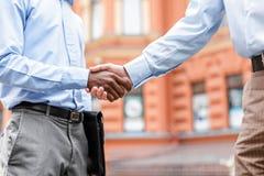 Dois homens de negócios que agitam as mãos Foto de Stock