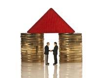 Dois homens de negócios que agitam as mãos sob um telhado vermelho Foto de Stock Royalty Free