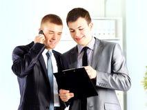 Dois homens de negócios que discutem foto de stock
