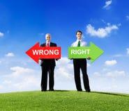Dois homens de negócios que guardam erradamente e certo Foto de Stock