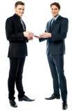 Dois homens de negócios que preparam um negócio imagem de stock