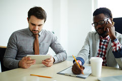 Dois homens de negócios que trabalham junto Imagem de Stock