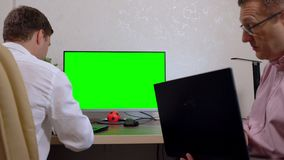 Dois homens de negócios que trabalham junto em um escritório video estoque