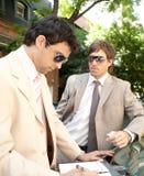 Homens de negócios que encontram-se em torno do carro. Foto de Stock