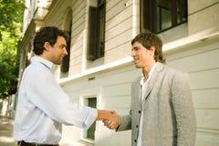 Homens de negócios que agitam as mãos. Imagens de Stock