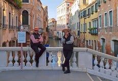 Dois homens do gondoleiro em uma ponte em Veneza imagens de stock royalty free