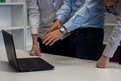 Dois homens e uma mulher que trabalha em um projeto incorporado Homem no b Fotografia de Stock Royalty Free