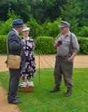 Dois homens e uma mulher vestida dentro na roupa e no uniforme da segunda guerra mundial Foto de Stock