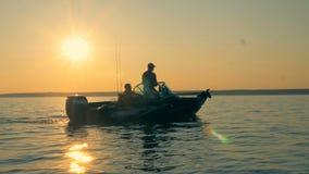 Dois homens em um barco de pesca, vista lateral filme