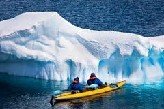 Dois homens em uma canoa Foto de Stock Royalty Free