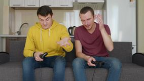 Dois homens est?o jogando jogos de v?deo e perdem-nos filme