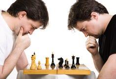 Dois homens jogam uma xadrez Fotos de Stock
