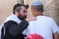 Dois homens judaicos na parede ocidental fotos de stock