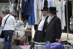 Dois homens judaicos ortodoxos idosos com as barbas que vestem revestimentos pretos Imagens de Stock Royalty Free
