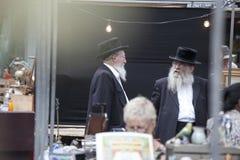 Dois homens judaicos ortodoxos idosos com as barbas que vestem revestimentos pretos Imagens de Stock
