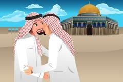 Dois homens muçulmanos que abraçam-se Foto de Stock Royalty Free