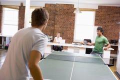 Dois homens no espaço de escritórios que joga o pong do sibilo Foto de Stock