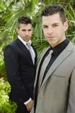 Dois homens novos do terno que levantam olhando a vista Fotografia de Stock