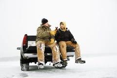 Dois homens que comem uma cerveja no caminhão fotos de stock royalty free