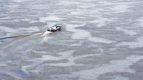 Dois homens que conduzem o barco de pesca pequeno no Vistula River fora da costa filme