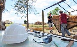 Projeto exterior da renovação da construção de casas do trabalhador manual fotos de stock royalty free