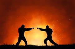 Dois homens que demonstram artes marciais imagens de stock
