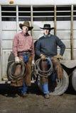 Dois homens que desgastam os chapéus de cowboy que prendem Lariats imagens de stock royalty free