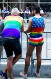 Dois homens que esperam o começo do New York City 2018 Pride Parade Foto de Stock Royalty Free