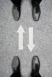 Dois homens que estão e sinal em dois sentidos Imagens de Stock