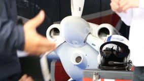 Dois homens que falam perto dos aviões no argumento da vertente, do mecânico e do piloto do avião vídeos de arquivo