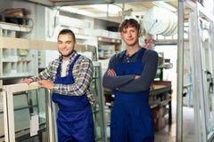 Dois homens que inspecionam janelas Fotografia de Stock
