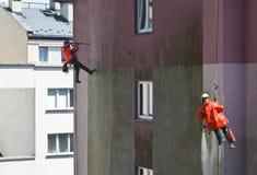 Dois homens que limpam a parede da construção Imagens de Stock