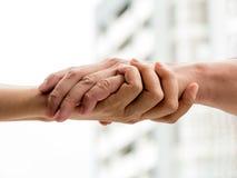 Dois homens que mantêm a mão unida Fotografia de Stock Royalty Free