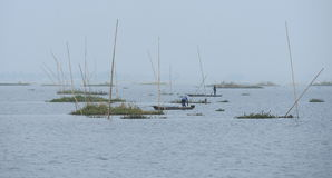 Dois homens que pescam no lago Imagem de Stock