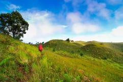 Dois homens que trekking na montanha de Prau, Dieng, Indonésia imagens de stock royalty free