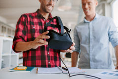 Dois homens que usam óculos de proteção da realidade virtual no escritório Fotografia de Stock