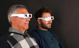 Dois homens que vestem os vidros 3d Fotos de Stock Royalty Free