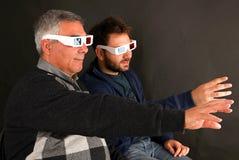 Dois homens que vestem os vidros 3d Imagens de Stock Royalty Free