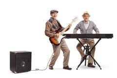 Dois homens superiores que jogam o teclado e uma guitarra elétrica foto de stock royalty free