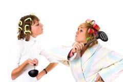 Dois housewifes engraçados com utensílio da cozinha Foto de Stock Royalty Free