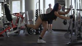 Dois indivíduos e uma menina no gym video estoque