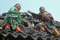 Dois indivíduos em um telhado Fotos de Stock