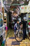 Dois indivíduos estão falando no mercado da cidade velha do Jerusalém Imagens de Stock